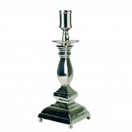 Candelabro de plata con base triangular