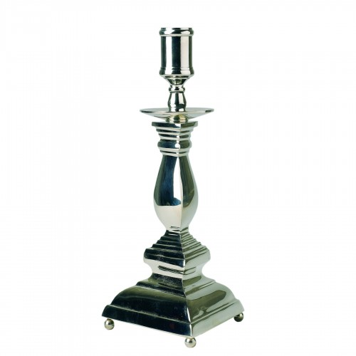 Candelabro de plata con base triangular