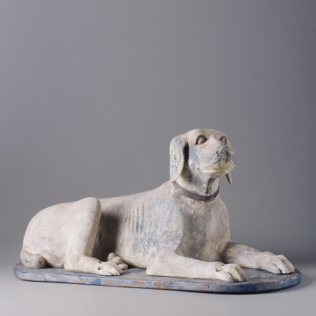 Perro de madera tumbado