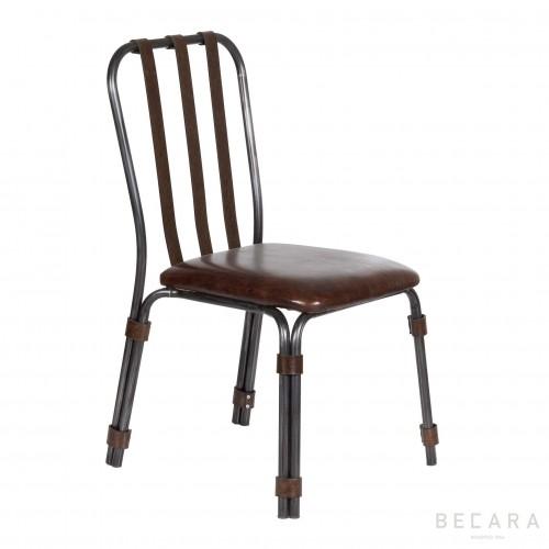 Silla con asiento de cuero y respaldo de hierro