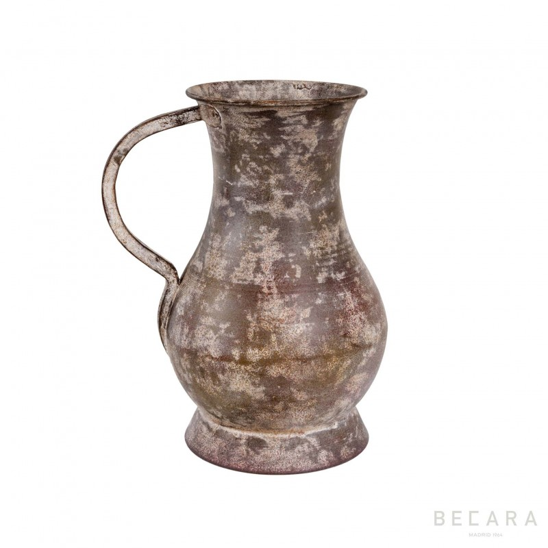 Metal jug with one tassel