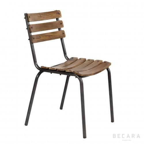 Silla con tablas de madera
