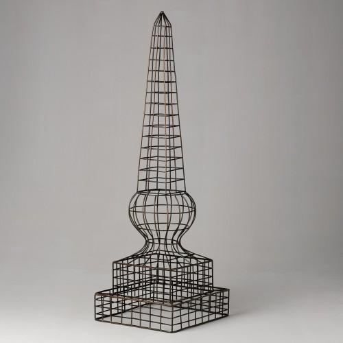 Obelisco de alambre marrón