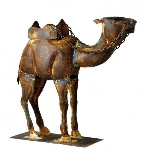 Camello de metal con cadenas