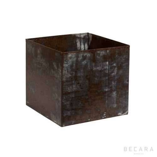 Medium rusty iron planter