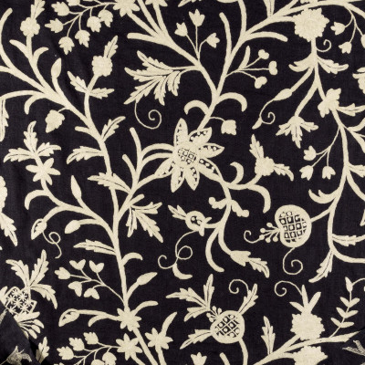 Tela bordada negra con flores