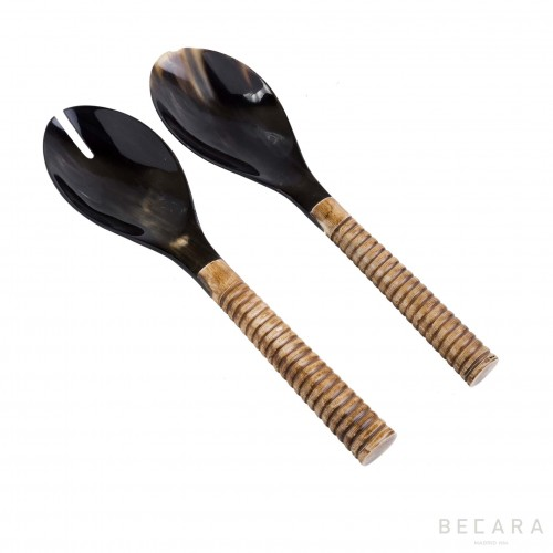 Serving set with striped handle