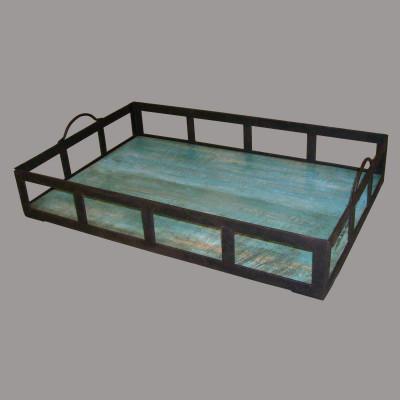 Bandeja con asas de hierro y fondo de madera azul